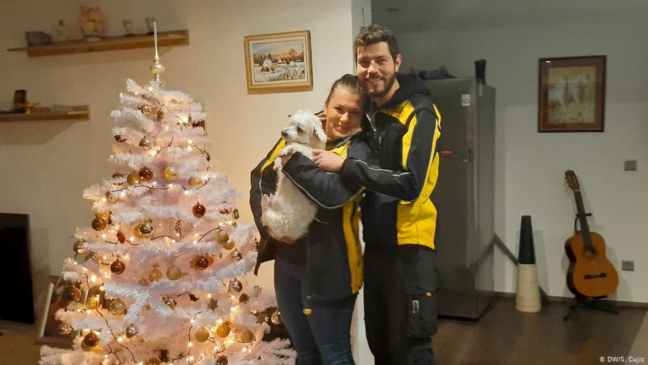 Sara i Hrvoje Paljug, mladi bračni par iz Slavonskog Broda raznosi poštu u uniformi Deutsche Post