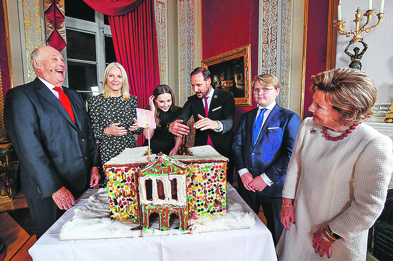 King Harald (L), Crown Princess Mette-Marit, Princess Ingrid Alexandra, Crown Prince Haakon, Prince Sverre Magnus and Queen Sonja admire the gingerbread house made by children from Fridheim kindergarten in Oslo, Norway December 16, 2019. Lise Aaserud/NTB Scanpix/via REUTERS   ATTENTION EDITORS - THIS IMAGE WAS PROVIDED BY A THIRD PARTY. NORWAY OUT. NO COMMERCIAL OR EDITORIAL SALES IN NORWAY. - RC2IWD9PCAQO