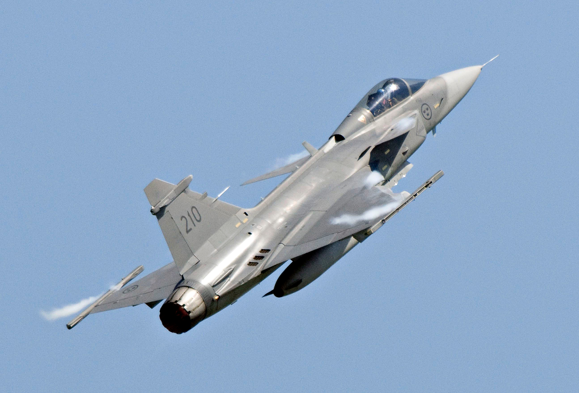 A Saab JAS 39C Gripen jet performs during an aerial show in Eslov in this June 5, 2011 file photo. Brazil on December 18, 2013 awarded a .5 billion contract to Saab AB to replace its aging fleet of fighter jets, a surprise coup for the Swedish company after news of U.S. spying on Brazilians helped derail Boeing's chances for the deal. The contract, negotiated over the course of three consecutive Brazilian presidencies, will supply Brazil's air force with 36 new Gripen NG fighters through 2023. Aside from the cost of the jets themselves, the agreement is also expected to generate billions of additional dollars in future supply and service contracts.  REUTERS/Johan Nilsson/TT News Agency/Files (SWEDEN - Tags: TRANSPORT MILITARY BUSINESS) ATTENTION EDITORS - THIS IMAGE HAS BEEN SUPPLIED BY A THIRD PARTY. IT IS DISTRIBUTED, EXACTLY AS RECEIVED BY REUTERS, AS A SERVICE TO CLIENTS. SWEDEN OUT. NO COMMERCIAL OR EDITORIAL SALES IN SWEDEN - GM1E9CJ0HMA01