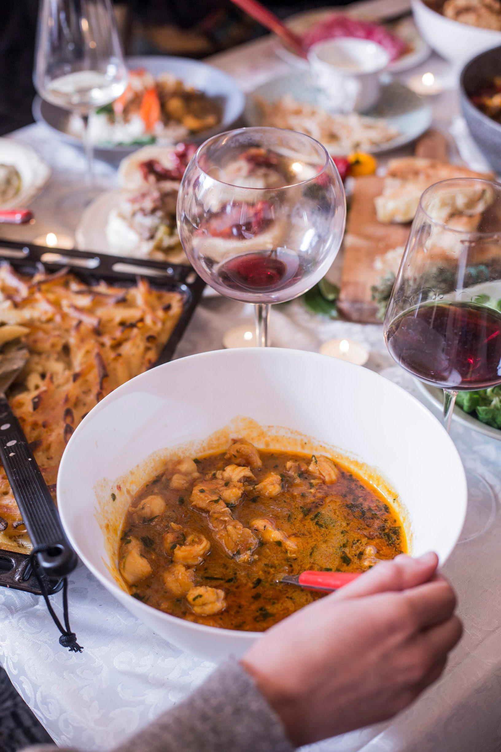 Zagreb, 251119. Hrana nakon slavlja: Chefovi Marko Palfi i Matija Bogdan pripremili su 3 savrsena jela nakon slavljena. Tortilju, curry s morskim plodovima, pohani picek s tjesteinom s sirom. A Anita Saric urednica na webu Dobre hrane  priprmila je hamburger od sarme i burek s pecenom piletinom. Foto: Berislava Picek/ CROPIX