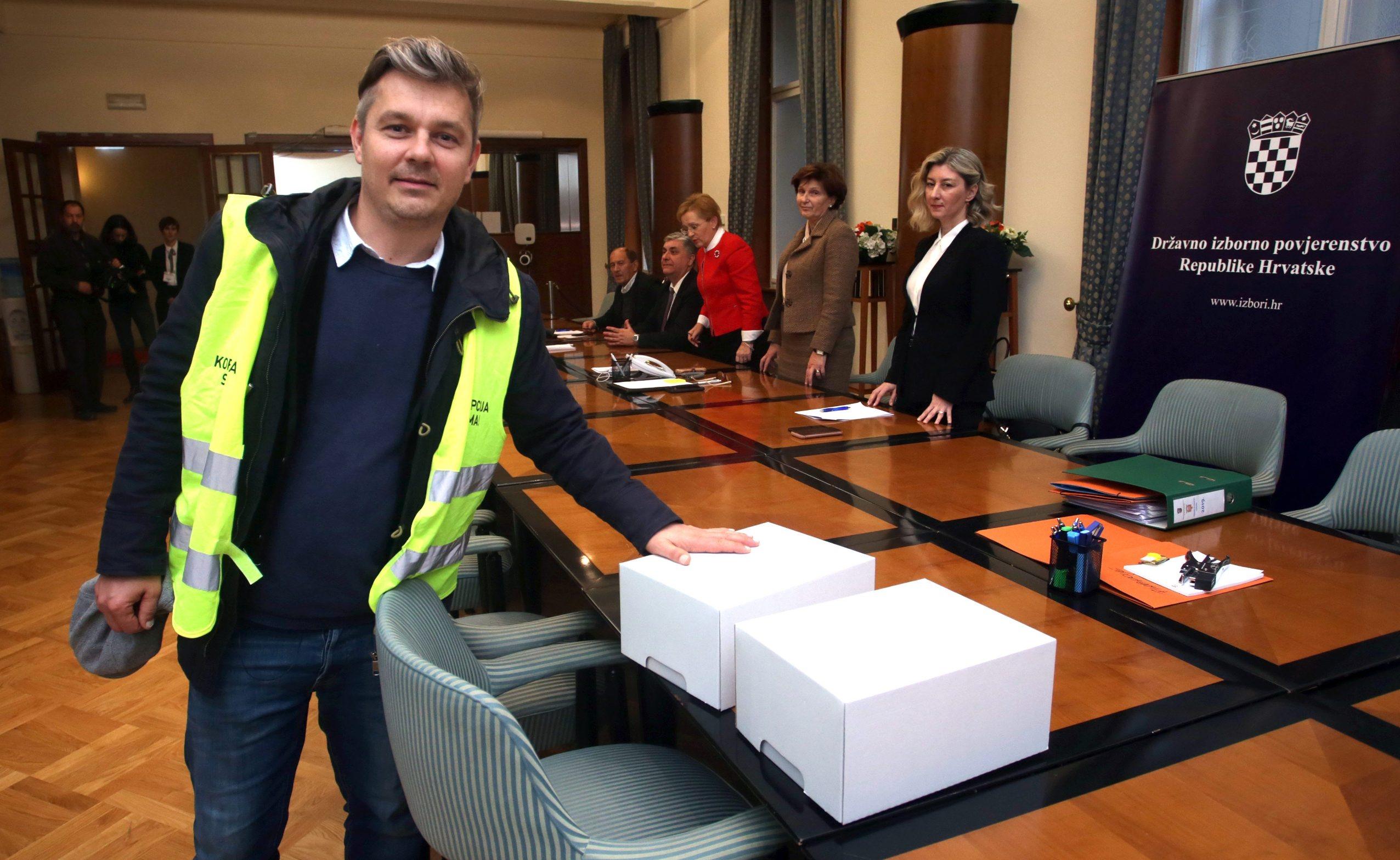 Zagreb, 031219. Sabor RH. Dario Jurican predao potpise za kandidaturu za predsjednika Republike Hrvatske. Foto: Damjan Tadic / CROPIX
