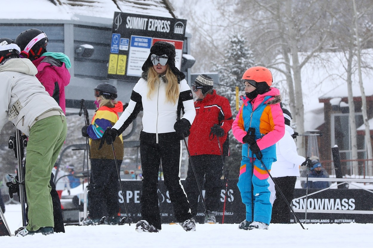 Aspen, CO  - *EXCLUSIVE*  - *Web Must Call for Pricing* Jessica Simpson is ready to hit the slopes in Aspen! The singer could be seen braving heavy snow along with her kids, friends and brother in law Evan Ross as they headed to a secluded area for a ski lesson.  *UK Clients - Pictures Containing Children Please Pixelate Face Prior To Publication*, Image: 490279705, License: Rights-managed, Restrictions: , Model Release: no, Credit line: NEMO / NGRE / BACKGRID / Backgrid USA / Profimedia
