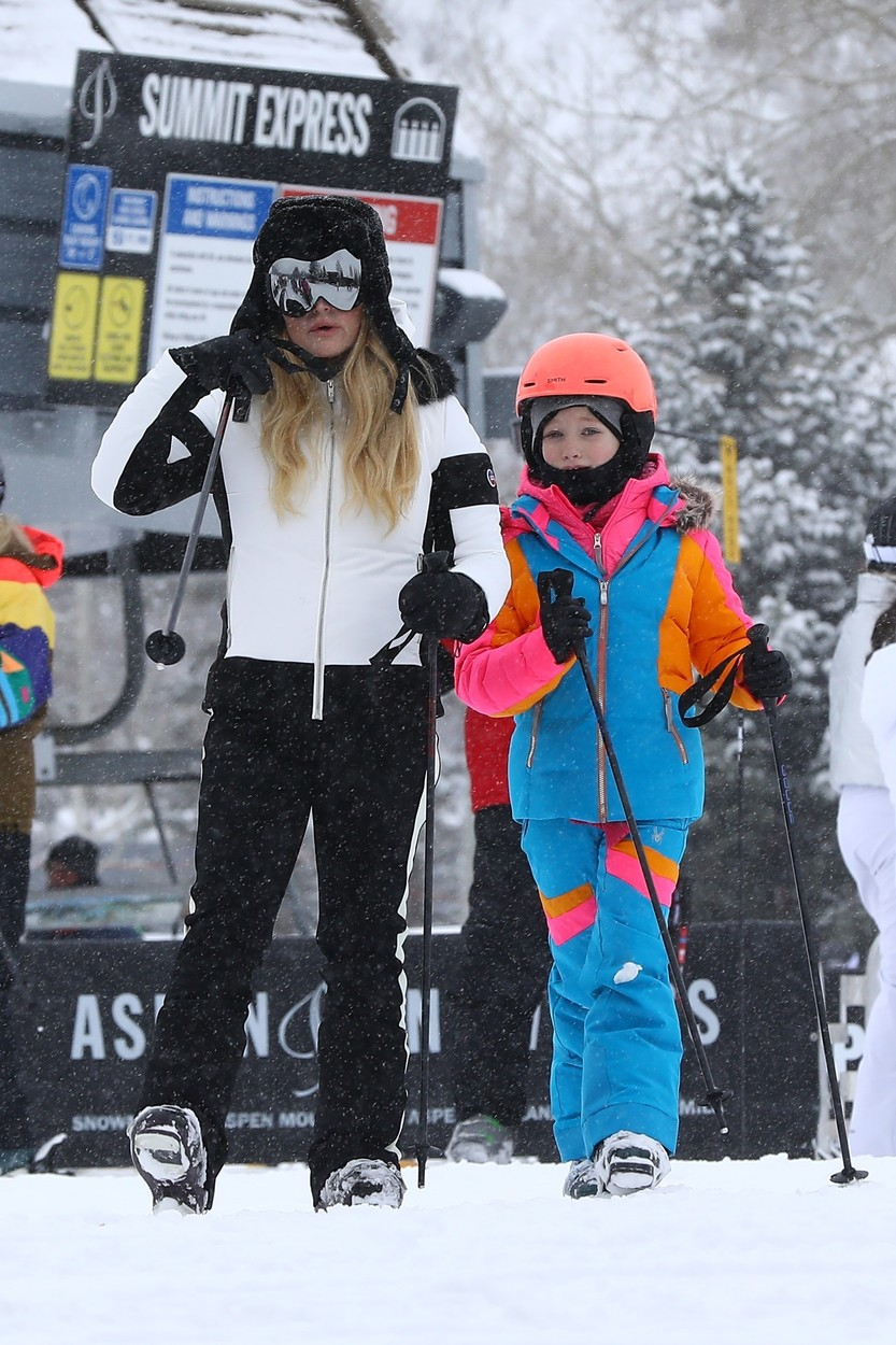 Aspen, CO  - *EXCLUSIVE*  - *Web Must Call for Pricing* Jessica Simpson is ready to hit the slopes in Aspen! The singer could be seen braving heavy snow along with her kids, friends and brother in law Evan Ross as they headed to a secluded area for a ski lesson.  *UK Clients - Pictures Containing Children Please Pixelate Face Prior To Publication*, Image: 490279711, License: Rights-managed, Restrictions: , Model Release: no, Credit line: NEMO / NGRE / BACKGRID / Backgrid USA / Profimedia