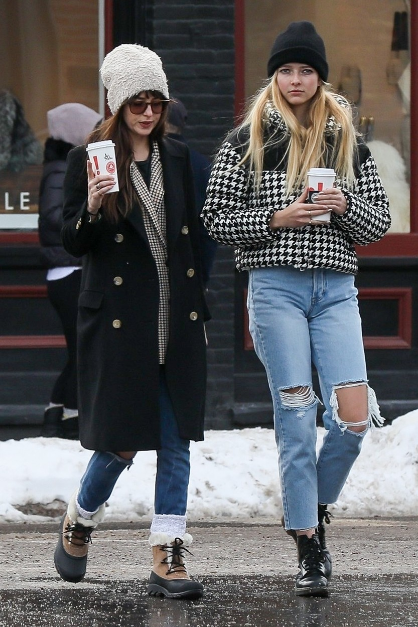 Aspen, CO  - Dakota Johnson bonds with Apple Martin while out for lunch with her man, Coldplay frontman,  Chris Martin.  *UK Clients - Pictures Containing Children Please Pixelate Face Prior To Publication*, Image: 489597261, License: Rights-managed, Restrictions: , Model Release: no, Credit line: NGRE / BACKGRID / Backgrid USA / Profimedia