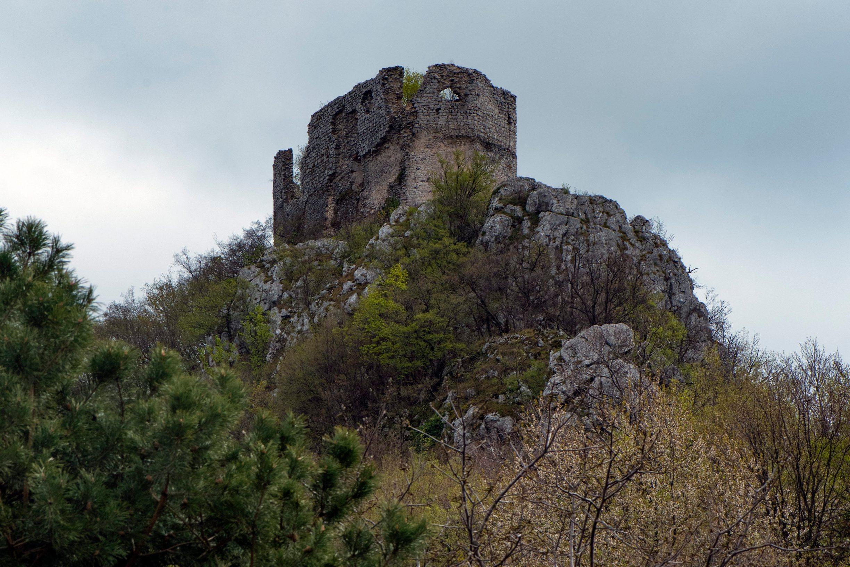 Okic, 070419. Okic grad, srednjovjekovna utvrda u Samoborskom gorju. Rusevni ostaci stare gradine na vrhu stozaste hridine kojom na istoku zavrsava hrbat Plesivice. Foto: Ivana Nobilo / CROPIX
