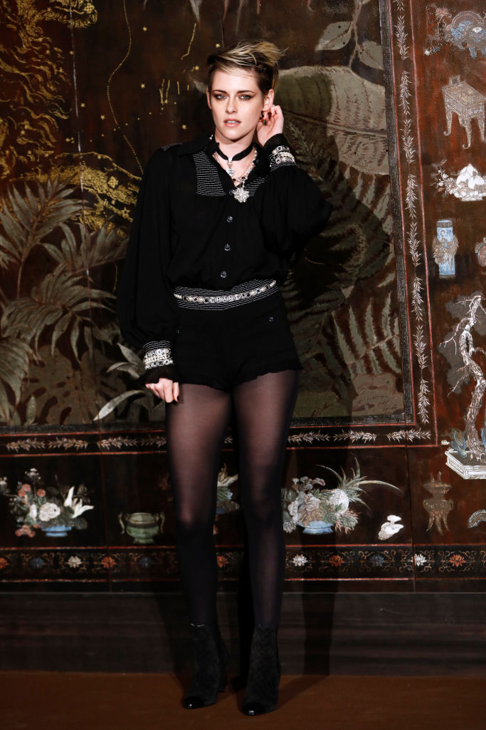 PARIS, FRANCE - DECEMBER 04: Kristen Stewart attends the photocall of the Chanel Metiers d'art 2019-2020 show at Le Grand Palais on December 04, 2019 in Paris, France. (Photo by Julien M. Hekimian/Getty Images for Chanel)