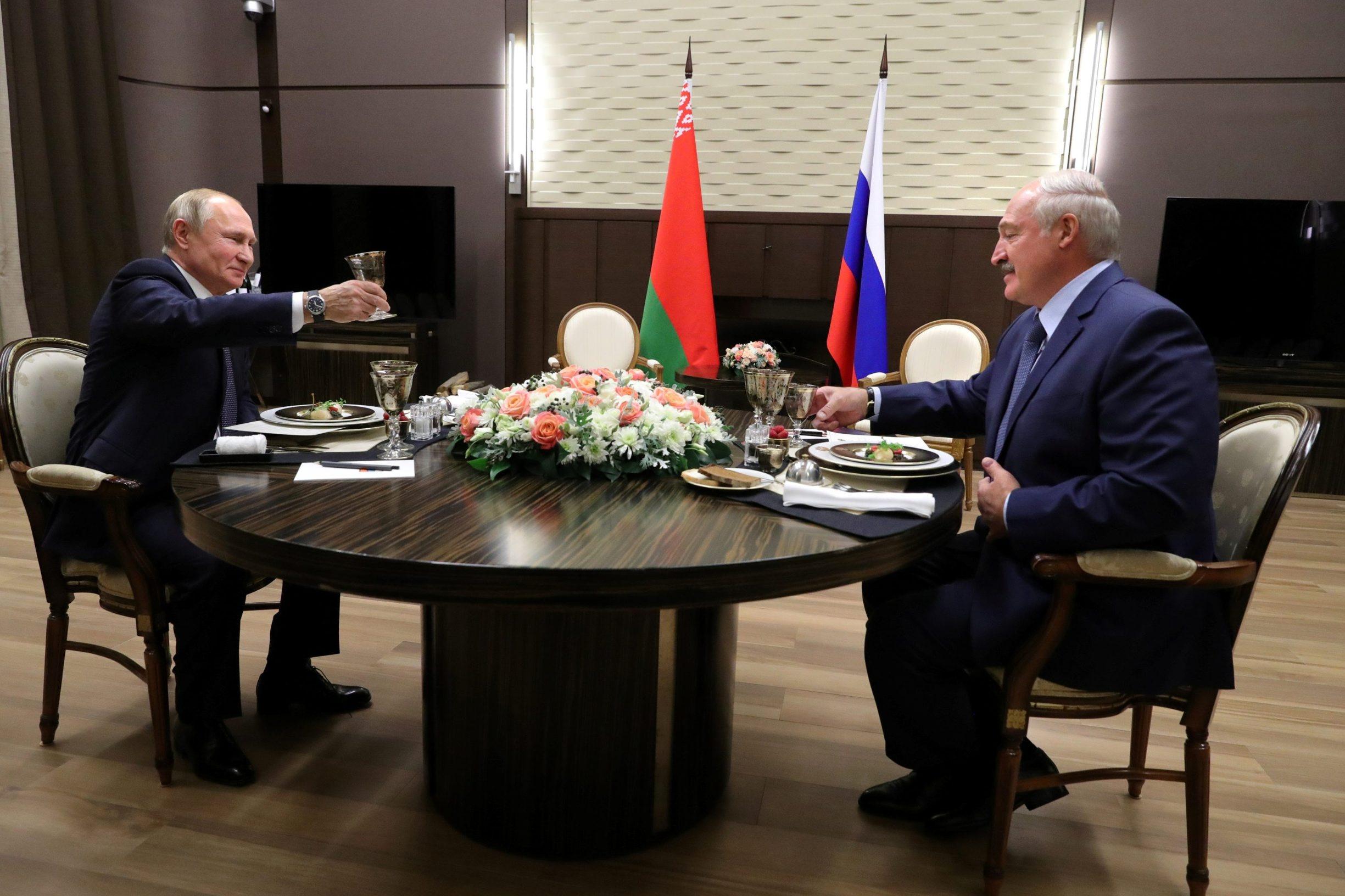 VladimirPutin i Aleksandar Lukašenko snimljeni na večeri u Sočiju