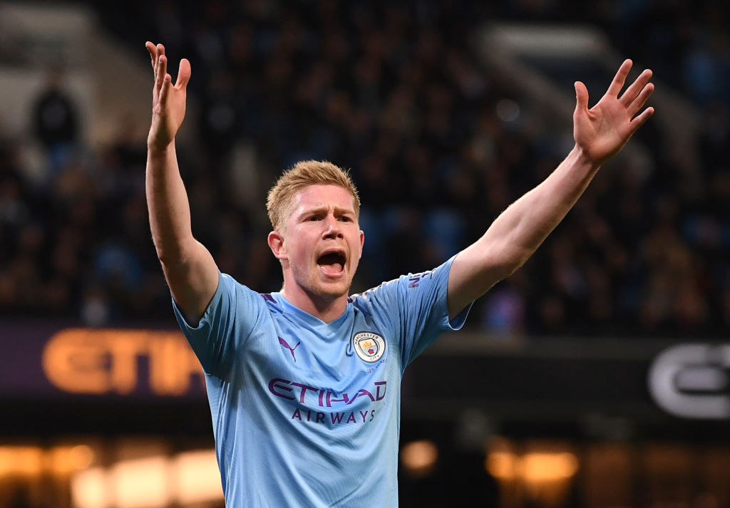 MANCHESTER, ENGLAND - DECEMBER 07: Kevin De Bruyne of Manchester City confronts the Manchester City fans after they throw objects at the pitch during the Premier League match between Manchester City and Manchester United at Etihad Stadium on December 07, 2019 in Manchester, United Kingdom. (Photo by Laurence Griffiths/Getty Images)