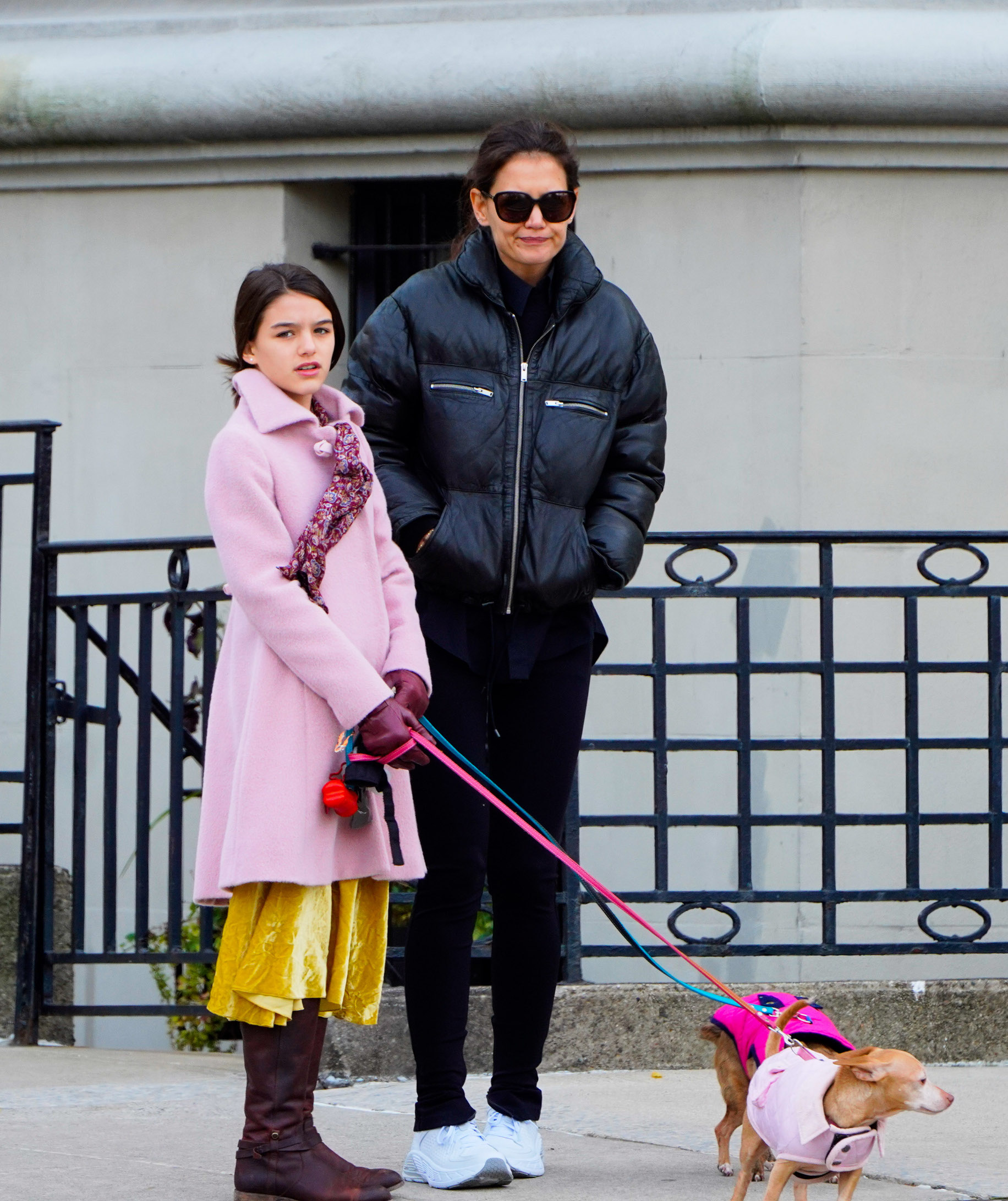 11/09/2019 EXCLUSIVE: Katie Holmes and Suri Cruise bundle up for a dog walk in New York City. Katie kept things casual wearing a black bomber jacket paired with black sweats and white trainers. Suri sported a pink top coat over a yellow velvet dress and cordovan boots., Image: 482013062, License: Rights-managed, Restrictions: Exclusive NO usage without agreed price and terms. Please contact sales@theimagedirect.com, Model Release: no, Credit line: TheImageDirect.com / The Image Direct / Profimedia