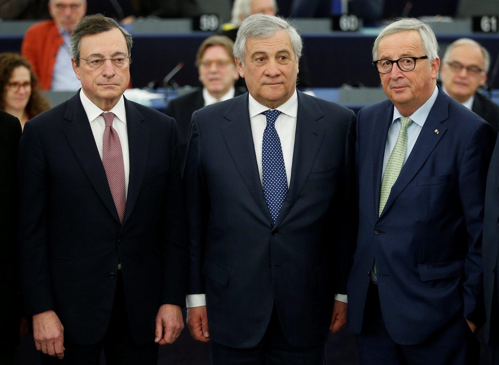 Predsjednik Europskog parlamenta Antonio Tajani (u sredini) s šefom Europske središnje banke Mariom Draghijem (lijevo) i predsjednikom Europske komisije Jean-Claude Junckerom