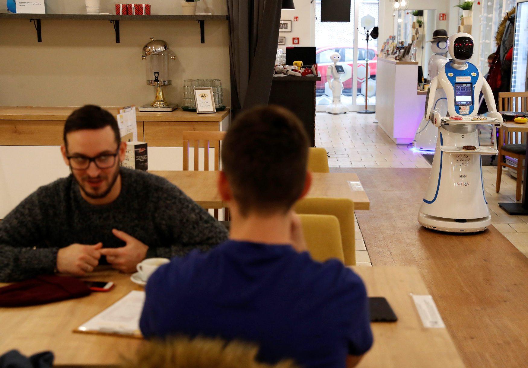 Robot u ulozi poslužitelja u kafiću u Budimpešti