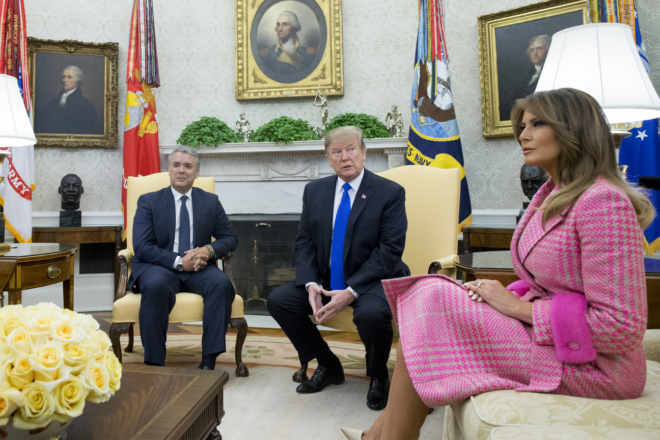 WASHINGTON, DC - FEBRUARY 13: (AFP-OUT) President Donald Trump and first lady Melania Trump meet with the President of Colombia Ivan Duque (L) and first lady of Colombia Maria Juliana Ruiz Sandoval on February 13, 2019 in the Oval Office of the White House in Washington, DC. President Trump and President Duque are meeting to discuss economic policies, combating narcotics and the current situation in Venezuela. (Photo by Michael Reynolds-Pool/Getty Images)