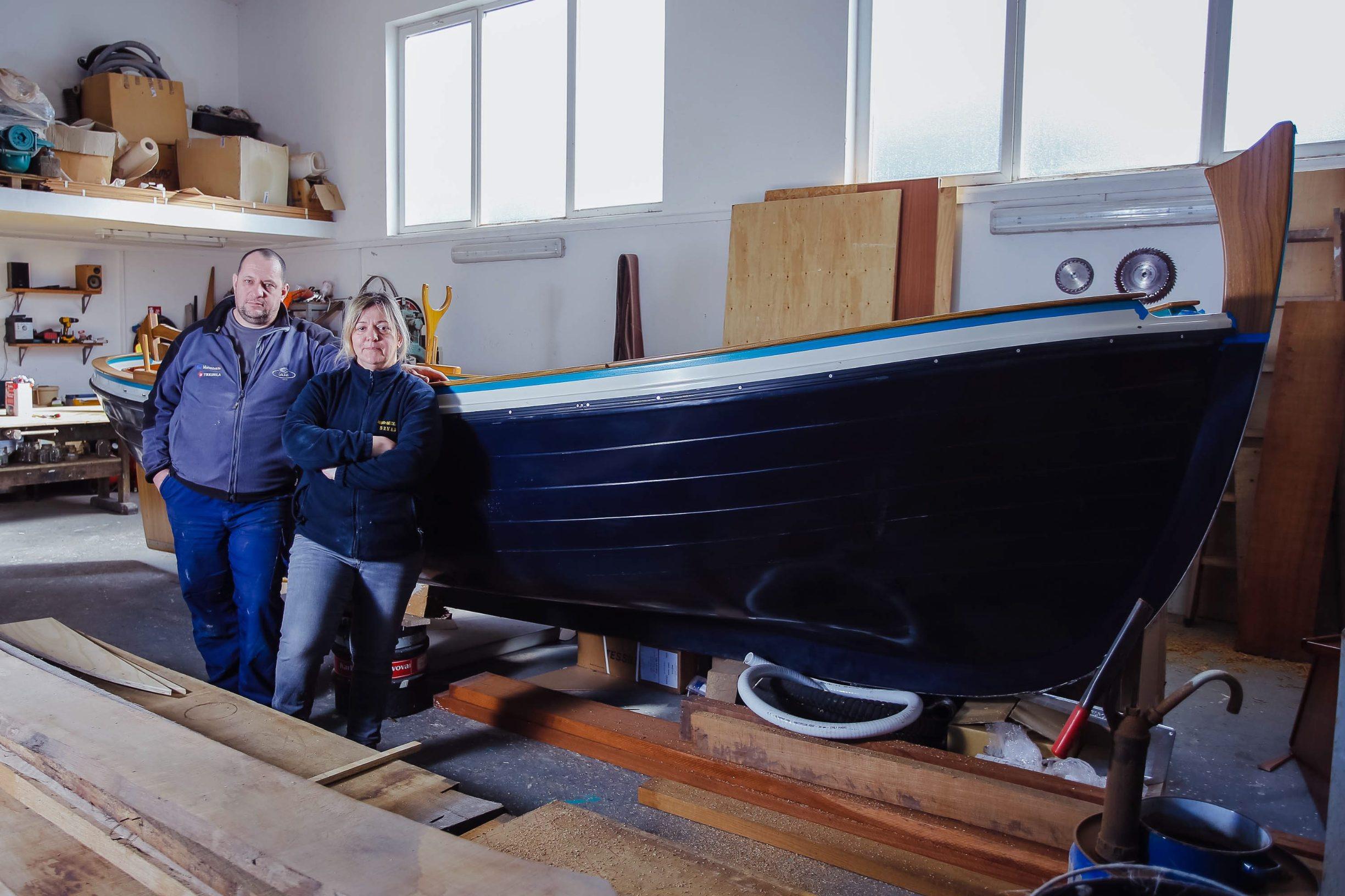 Rab, 150219. Brodograditelji Denis i Marina Brnabic. Na fotografiji: Denis i Marina Brnabic uz brod Sampa 6. Foto: Marko Todorov / CROPIX