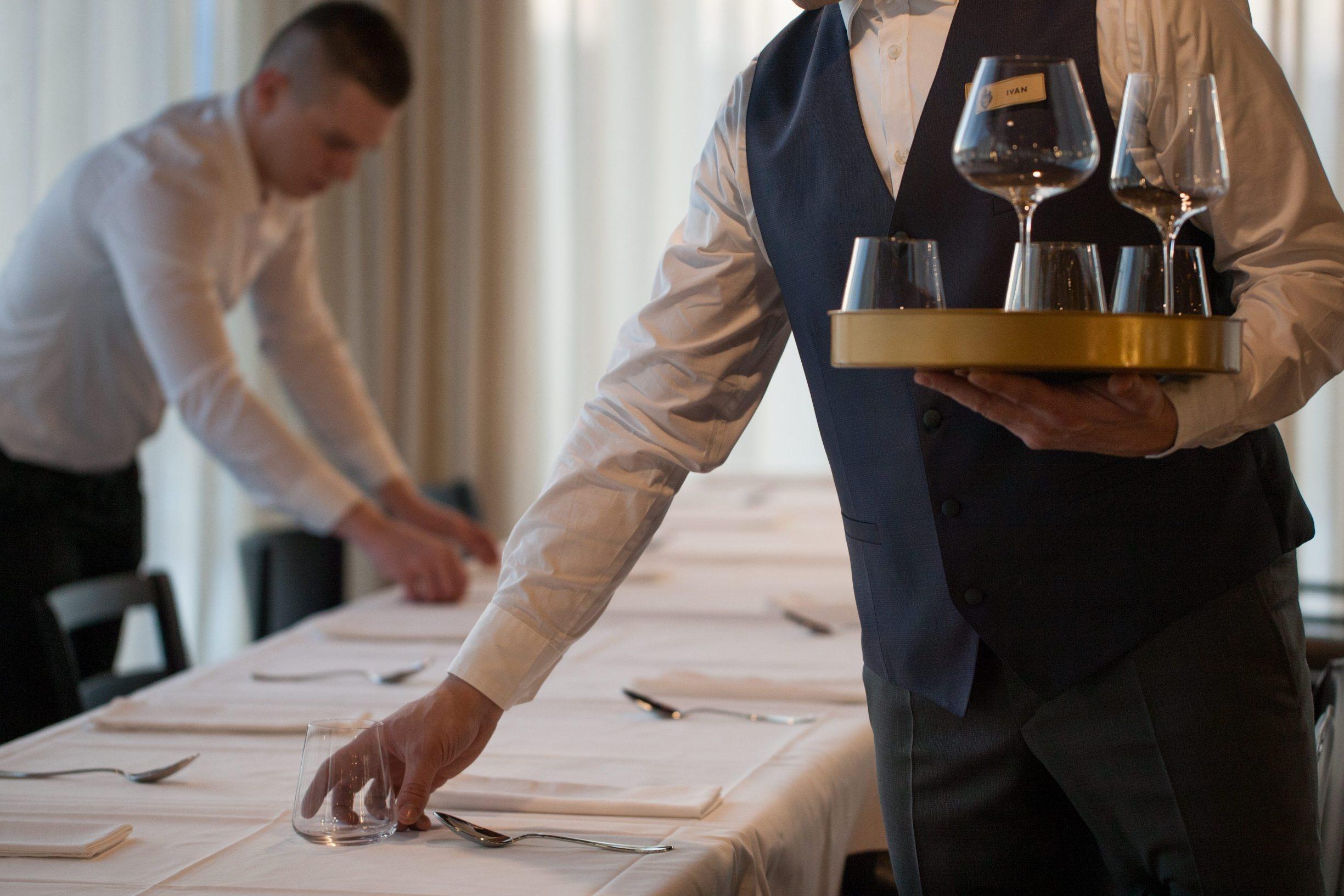 Motovun, 130219. Vinarija i hotel Roxanich. Na fotografiji: postavljanje stola. Foto: Matija Djanjesic / CROPIX