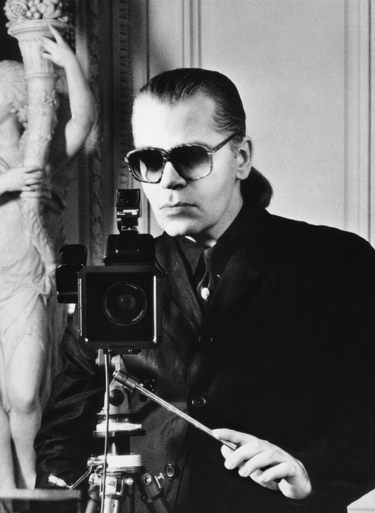 Lagerfeld, Karl Modeschöpfer. geb. Hamburg 10.9.1938.  Porträt (der Künstler beim Fotografieren).  Foto, undat., 1980er Jahre., Image: 147858853, License: Rights-managed, Restrictions: For editorial use only., Model Release: no, Credit line: Profimedia, AKG