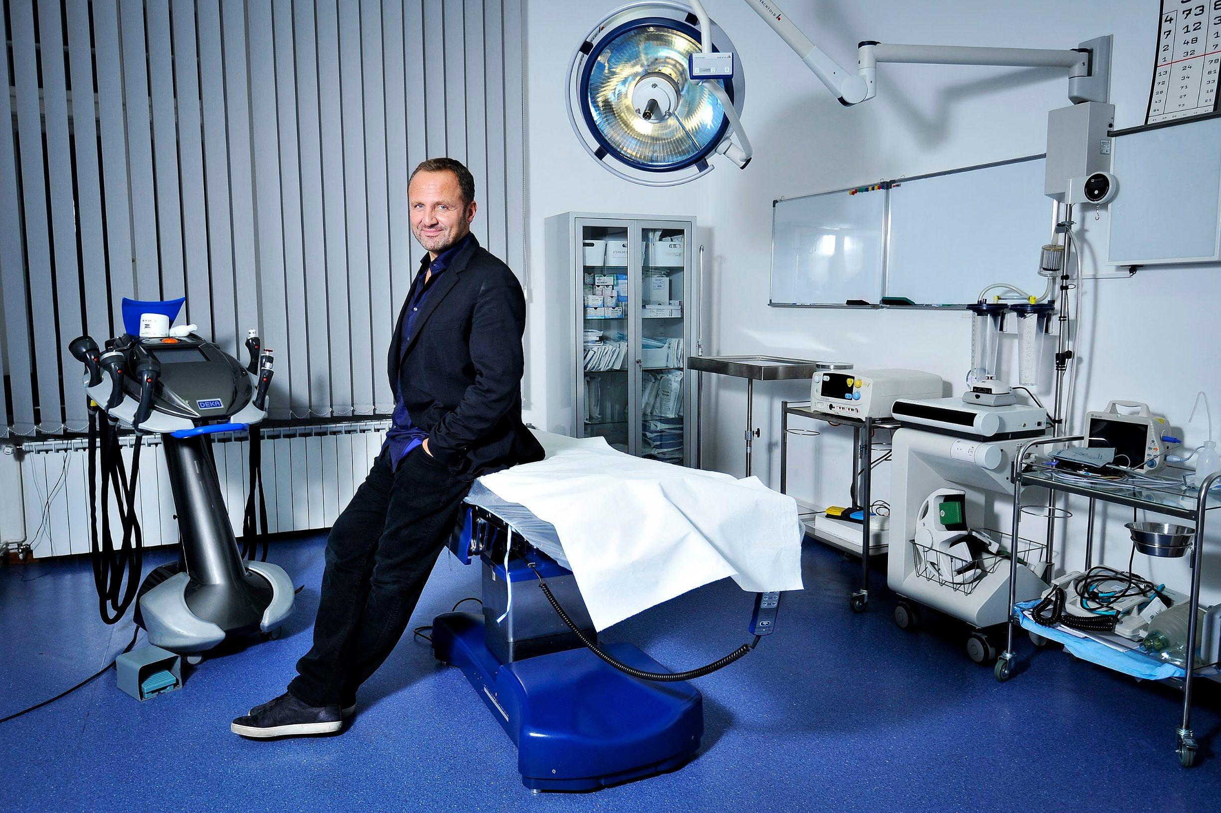 Zagreb, 011015.    Estetski kirurg Nikola Milojevic, fotografiran u svojoj ordinaciji.