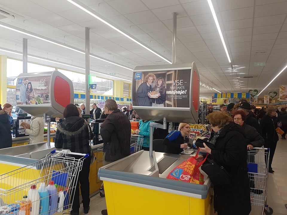 Kupci na blagajni u diskontu Eurospin u Sloveniji
