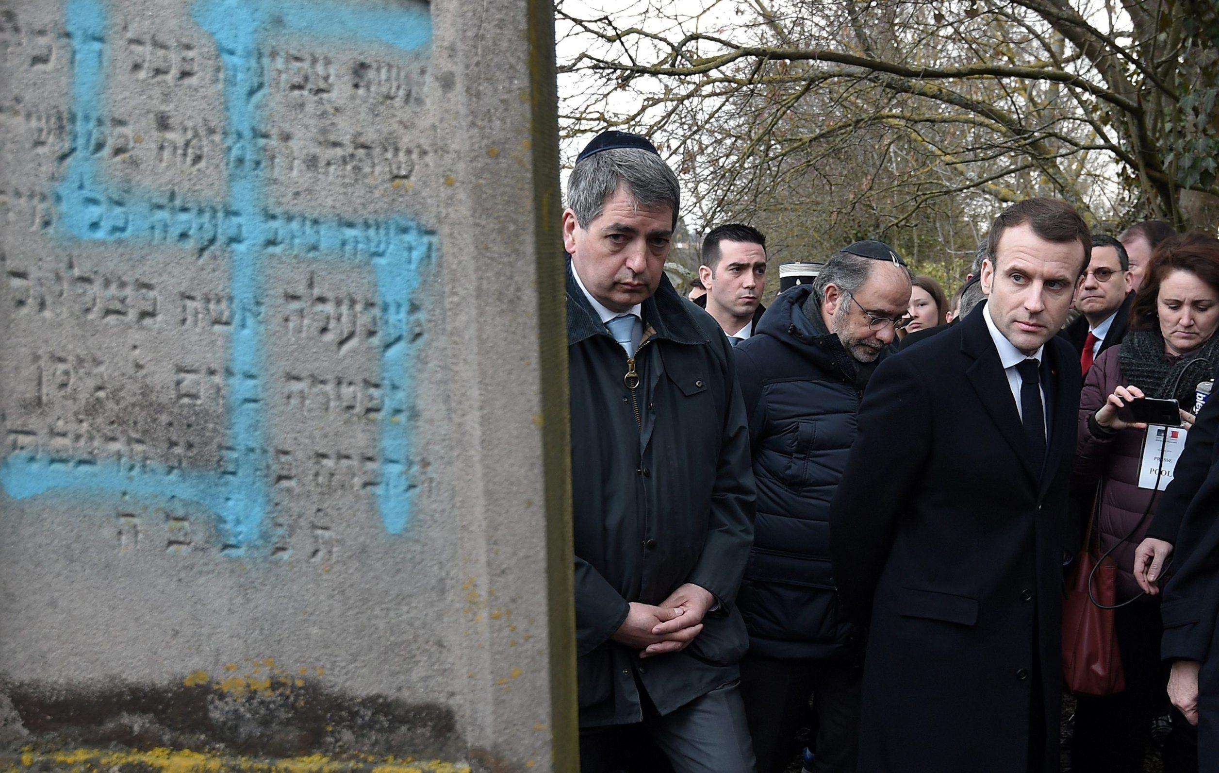 Francuski predsjednik Emmanuel Macron na oskrvnutom groblju