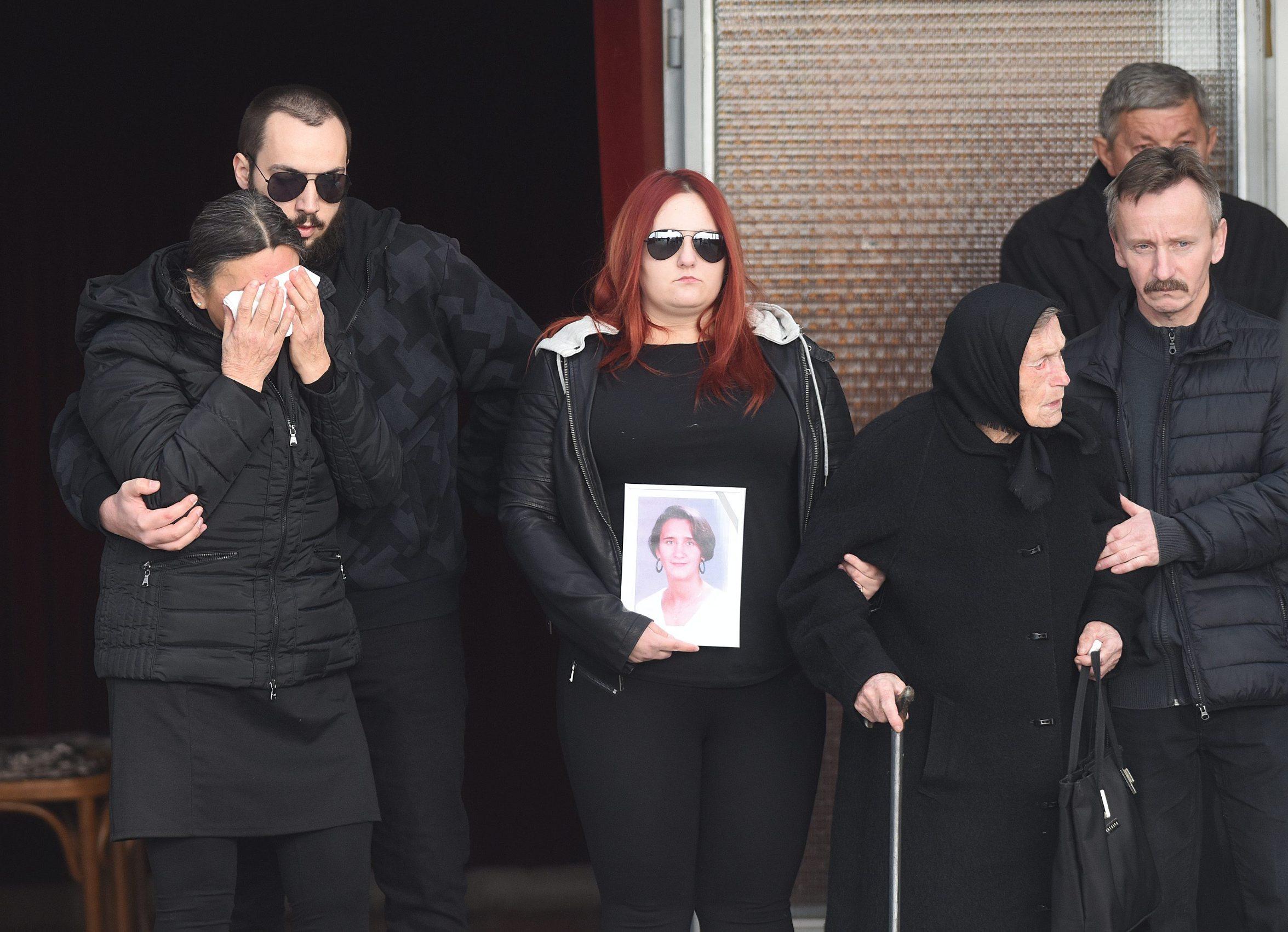 Palovac, 200219. Na mjesnom groblju u Palovcu kraj Cakovca sahranjena je Jasmina Dominic, djevojka nestala 2000. godine cije tijelo je pronadjeno u zamrzivacu njezine obiteljske kuce. Na fotografiji: Sprovod Jasmine Dominic. Foto: Robert Fajt / CROPIX