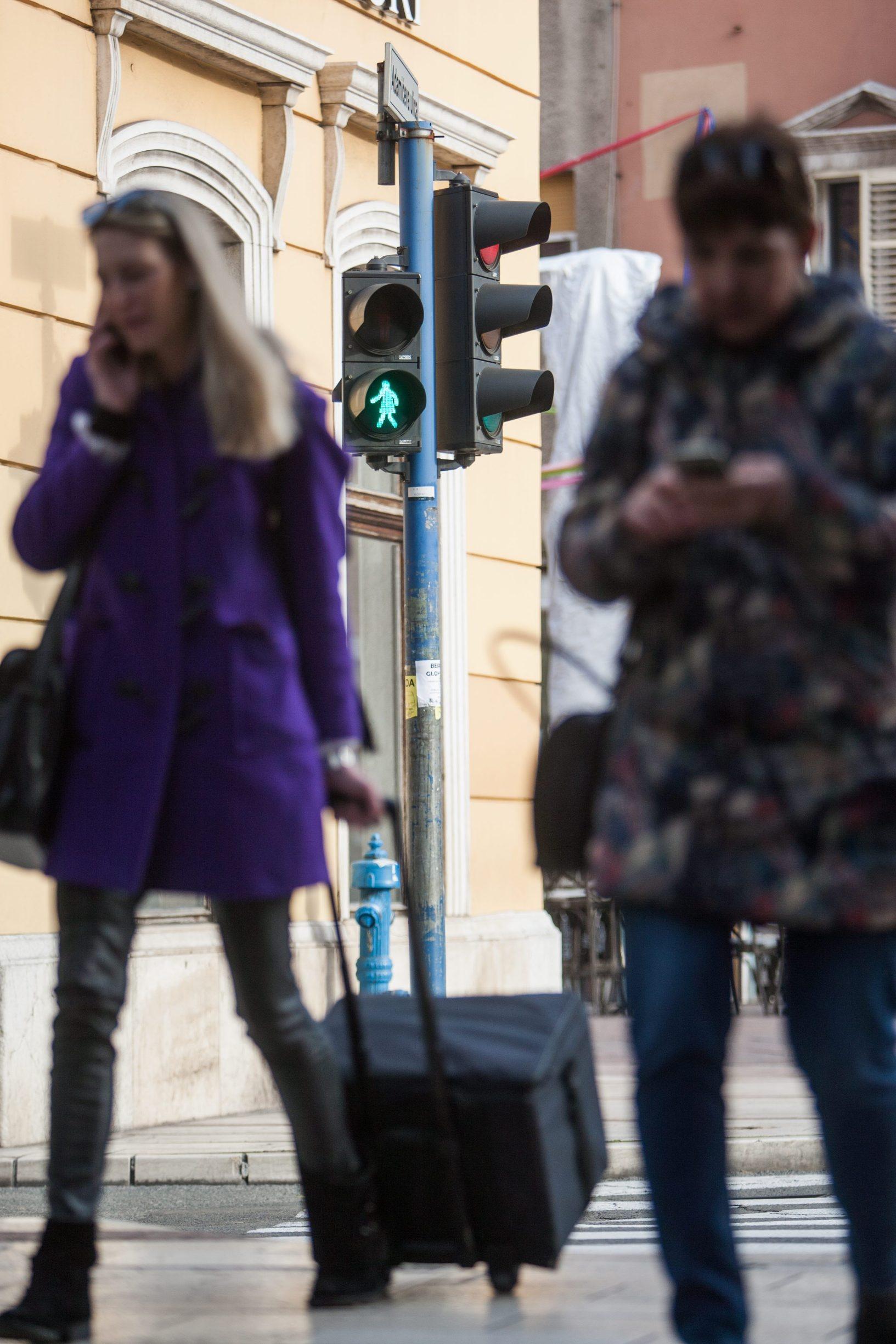 Rijeka, 210219. Kod Palace Modello postavljen je prvi zenski semafor. Klasicnog muskog lika pjesaka zamijenio je onaj zenski, a do Medjunarodnog dana zena ovakve zenske siluete pjesacima ce zasvijetliti na ukupno pet semafora na pjesackim prijelazima uzduz Adamiceve ulice. Na fotografiji: semafor. Foto: Matija Djanjesic / CROPIX