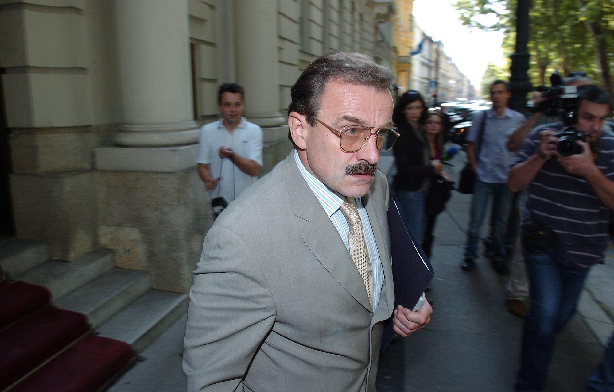 zagreb, 240805 hido biscevic napusta ministarstvo vanjskih poslova i odlazi na sastanak sa slovenskom delegacijom foto dragan matic -desk-