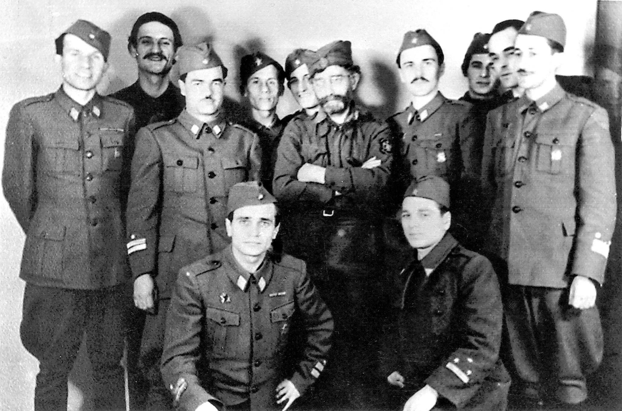 Draža Mihailović (u sredini) i partizani koji su ga uhitili