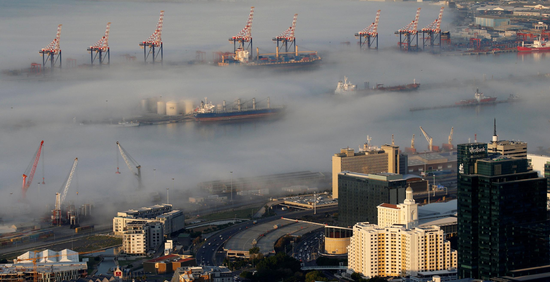 Magla iznad luke u Cape Townu