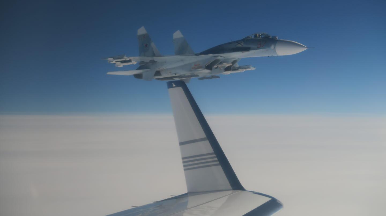 Suhoj Su-27 leti pokraj švedskog aviona