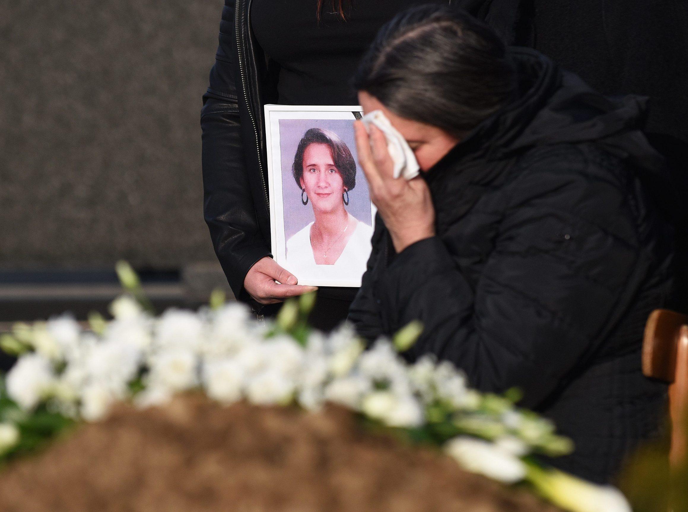 Palovac, 200219. Na mjesnom groblju u Palovcu kraj Cakovca sahranjena je Jasmina Dominic, djevojka nestala 2000. godine cije tijelo je pronadjeno u zamrzivacu njezine obiteljske kuce. Na fotografiji: Majka Jasmine Dominic Katarina Dominic. Foto: Robert Fajt / CROPIX