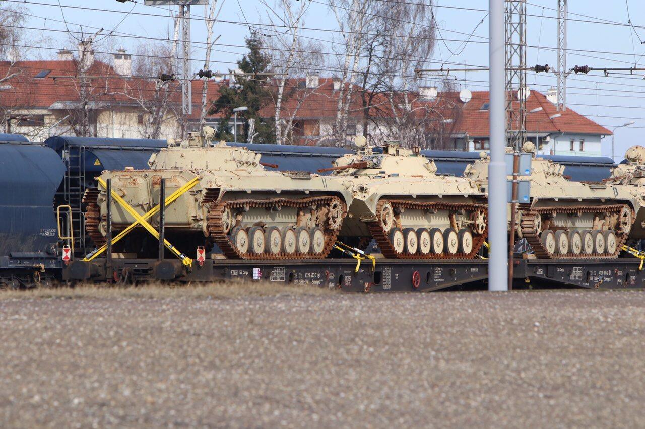 Kompozicija s tenkovima stoji na željezničkom kolodvoru u Koprivnici