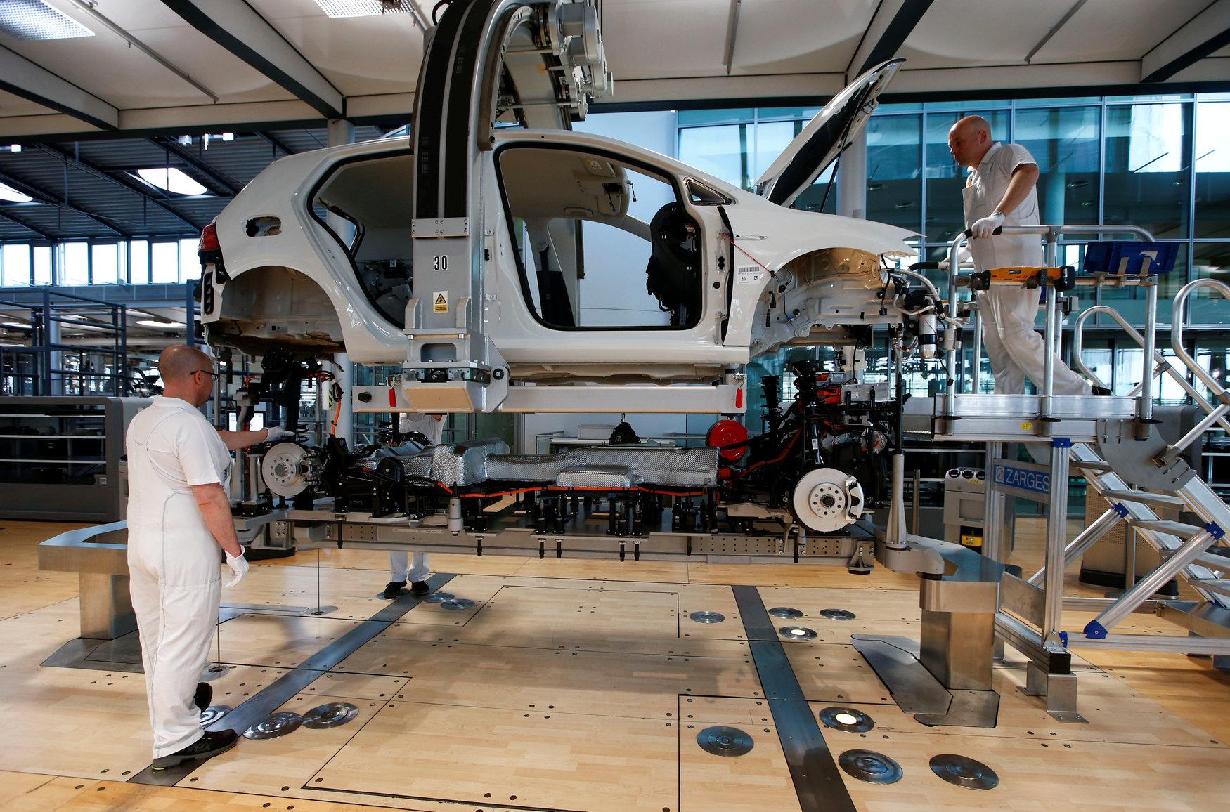 Radnici sklapaju električni VW Golf