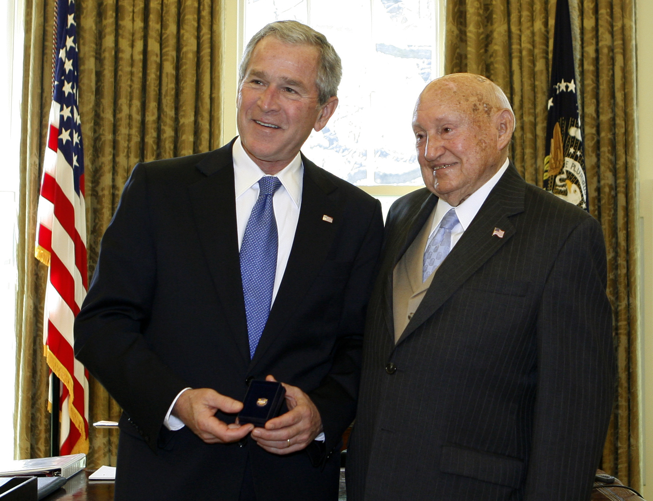 U.S. President George W. Bush (L) presents the Lifetime President's Volunteer Service Award to Truett Cathy, founder of Chick-fil-A restaurants, in the Oval Office at the White House in Washington, April 15, 2008.   REUTERS/Jim Young     (UNITED STATES) - GM1E44G00V201
