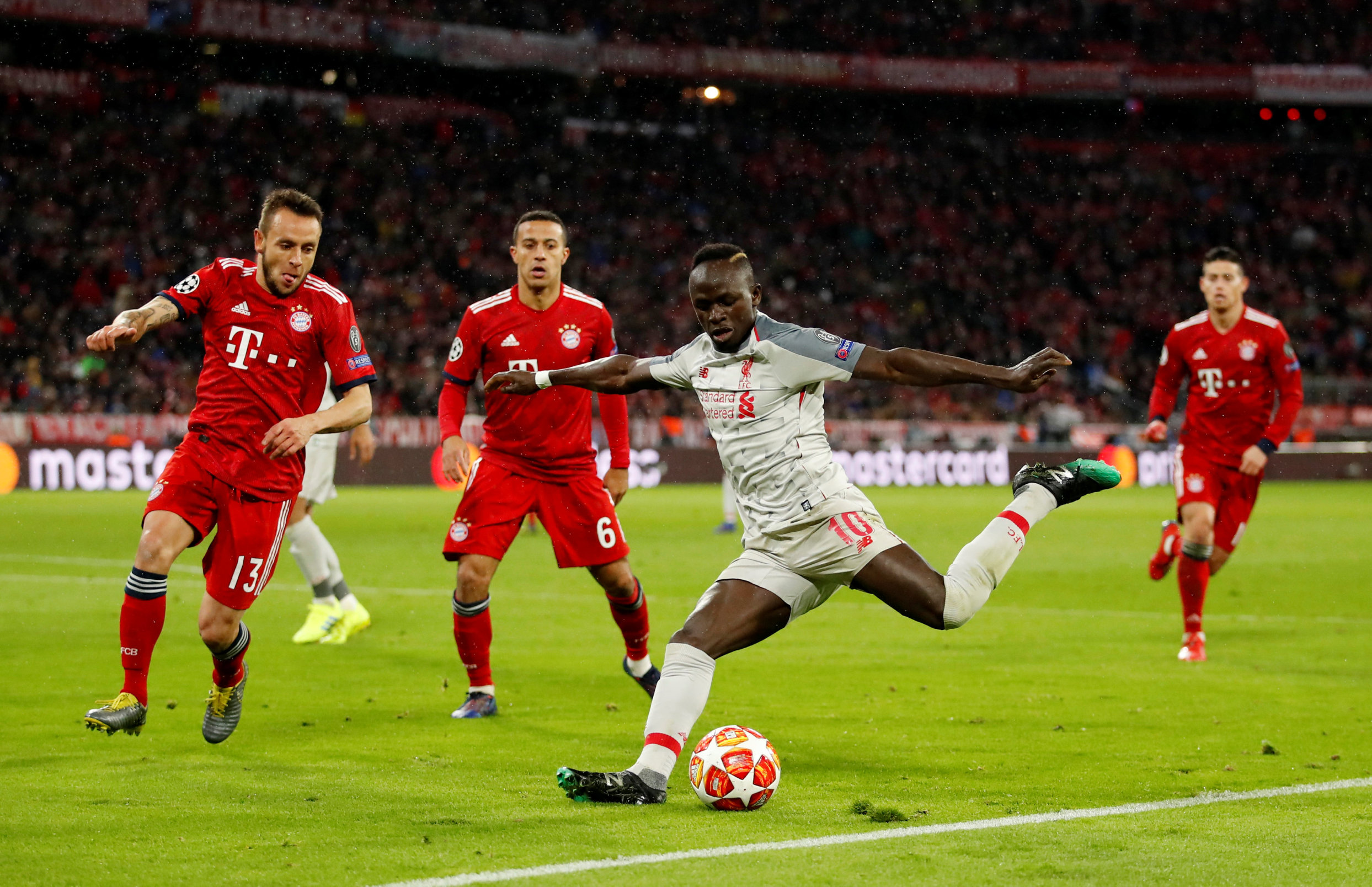 Soccer Football - Champions League - Round of 16 Second Leg - Bayern Munich v Liverpool - Allianz Arena, Munich, Germany - March 13, 2019  Liverpool's Sadio Mane in action with Bayern Munich's Rafinha and Thiago   Action Images via Reuters/Andrew Boyers
