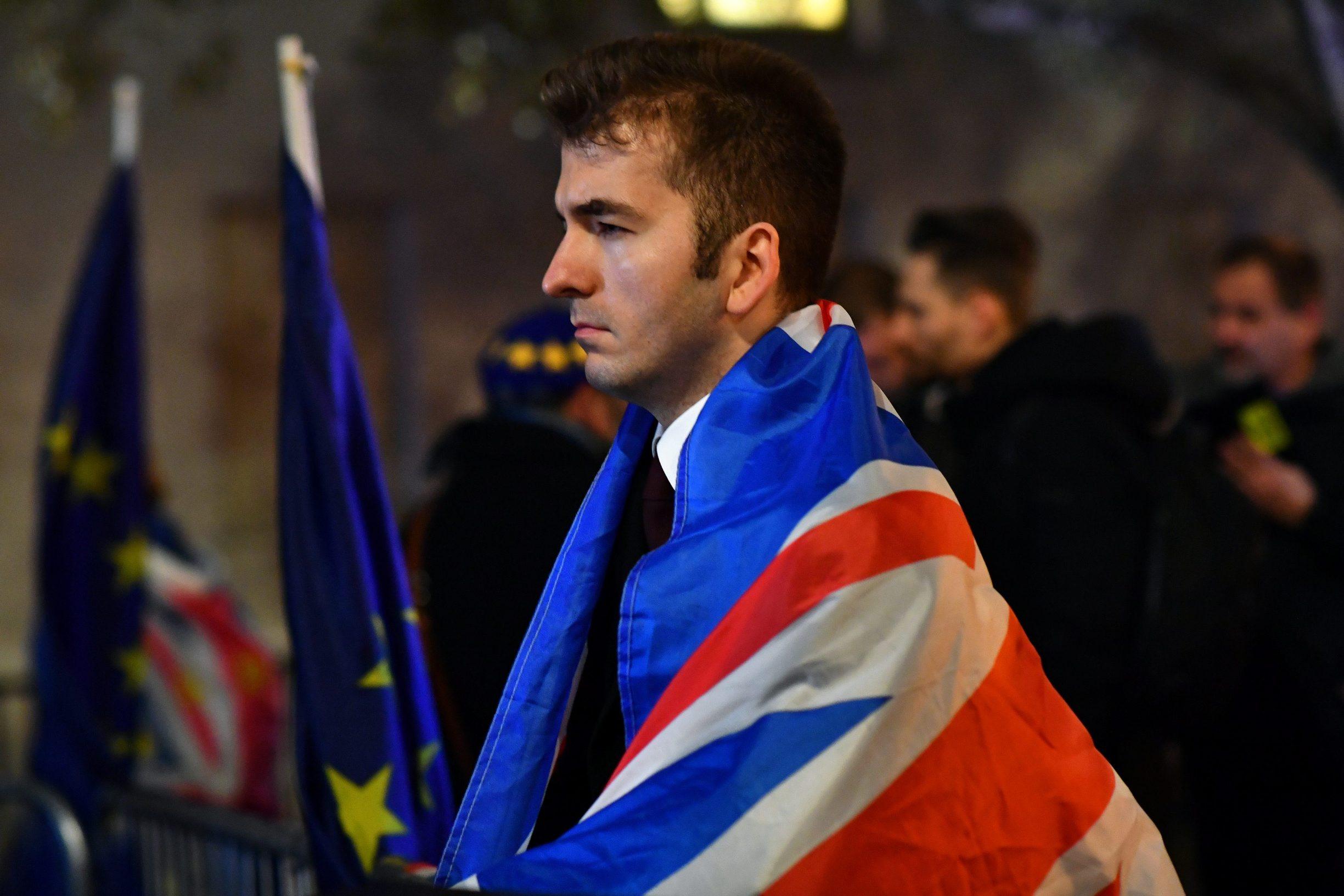 Prosvjednici koji zagovaraju Brexit i oni koji su za ostanak u EU u srijedu navečer pred britanskim parlamentom