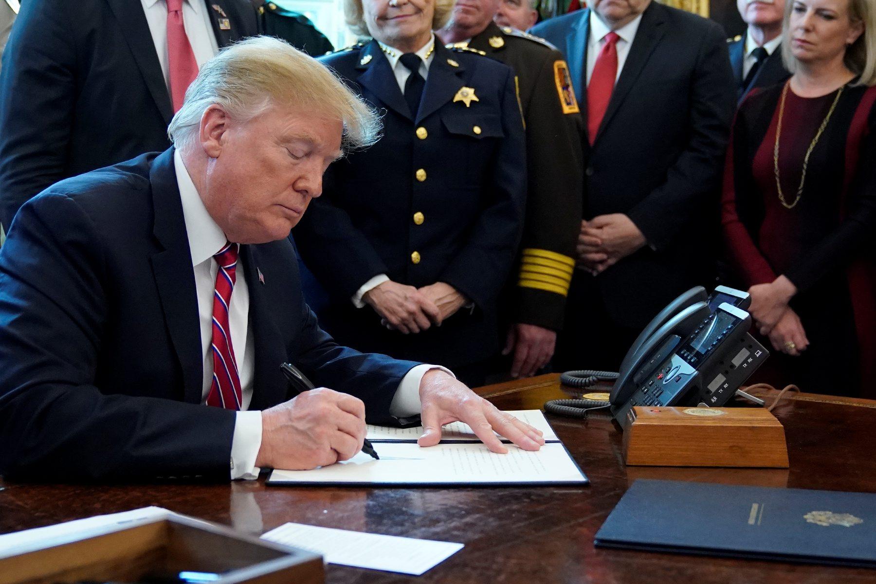 2019-03-15T212956Z_1245233281_RC1F22CC8AA0_RTRMADP_3_USA-TRUMP-CONGRESS-EMERGENCY