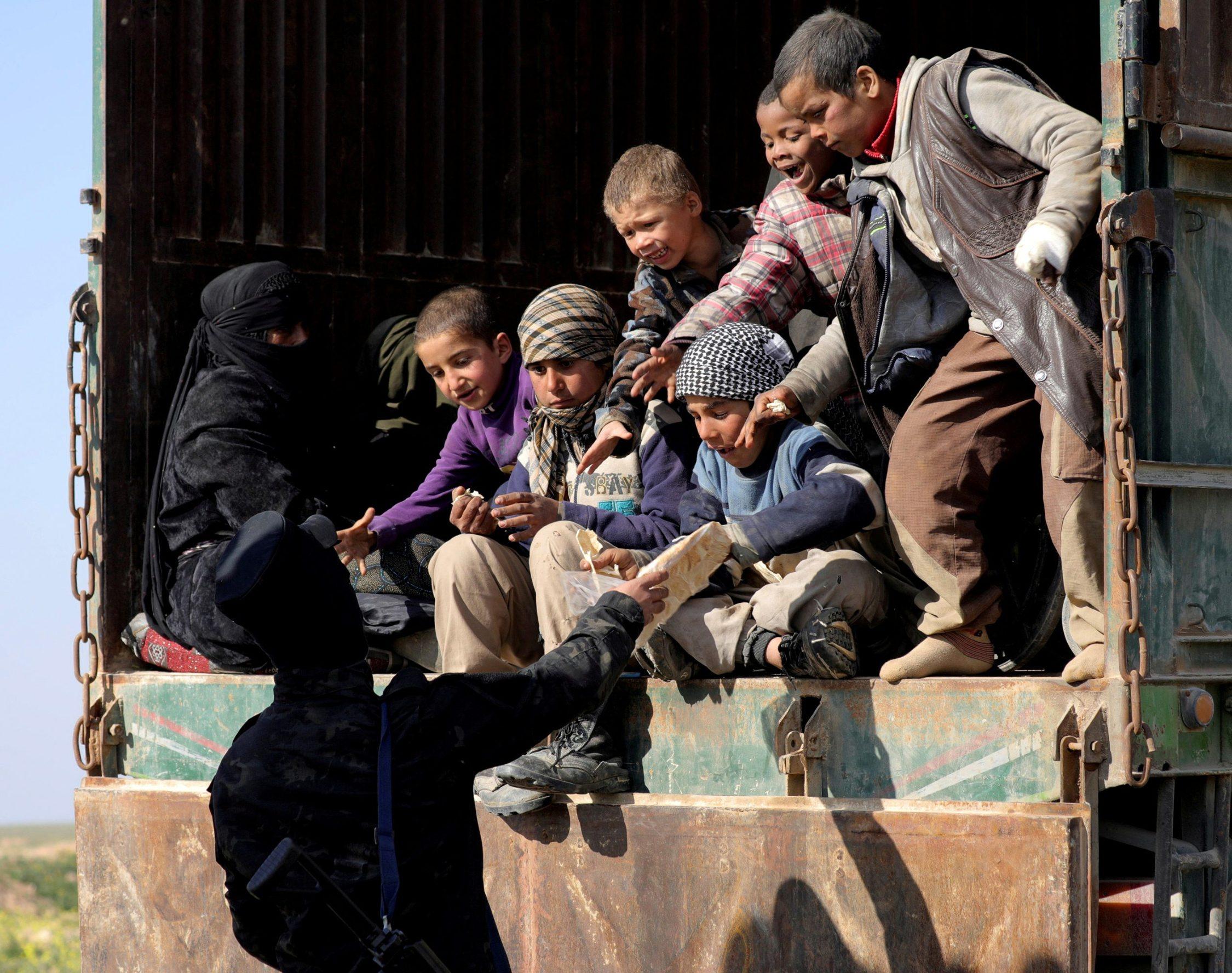 Izbjeglice kod Baghouza dobijaju hranu