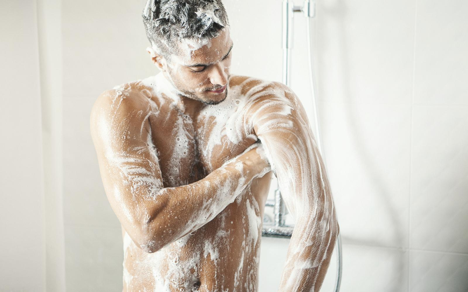 Iako je tuširanje dio vaše dnevne rutine, trebate znati kako vam taj ritual isušuje kožu na pojedinim mjestima...