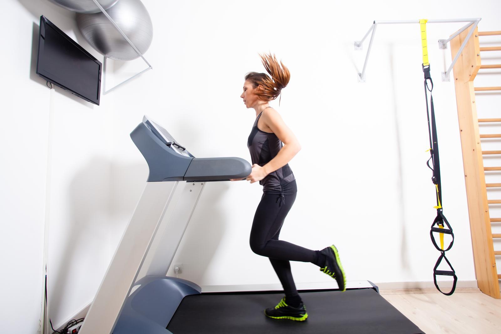 Traka za trčanje jednostavan je rekvizit kojim ćete poboljšati kondiciju, ali i potaknuti gubljenje viška kilograma.