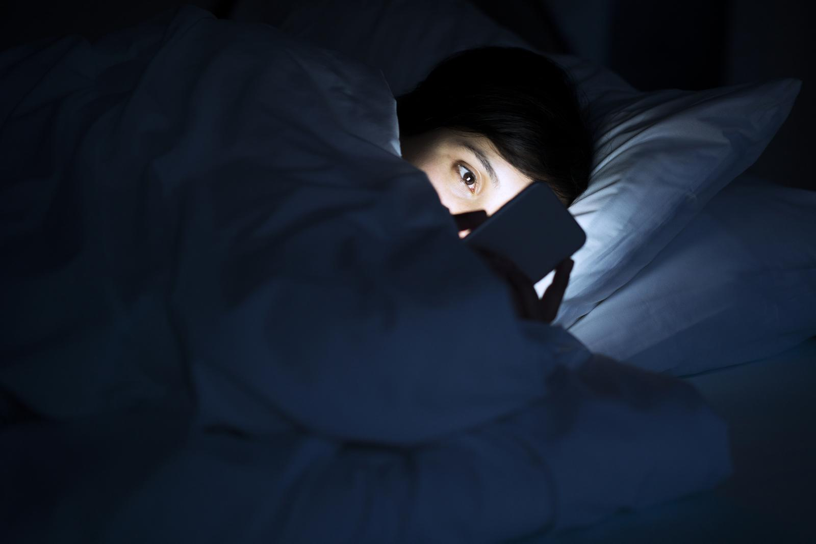 Ako i vi imate naviku u mraku upotrebljavati svoj pametni telefon, bilo bi vrijeme da razmislite koje posljedice to ostavlja na vaš vid.