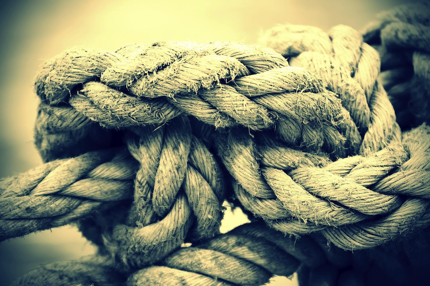 Nije lako živjeti u čvoru. Nema lakoće, nema slobode. U vezi čega god da odlučite biti tvrdi i nepopustljivi, taj čvor će stalno biti prisutan u vama i držat će vašu osobnu radost i slobodu zavezanom.