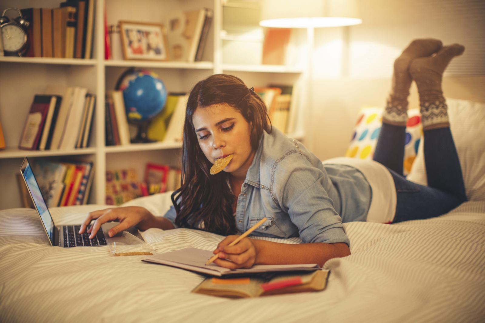 Više se energije troši kada učenje, osim čitanja, uključuje i pisanje.