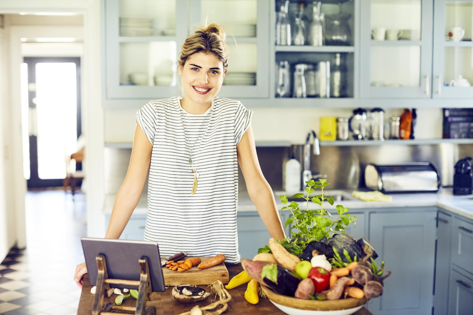 Svježe voće i povrće, začini, kao i cjelovite žitarice bogati su vitaminima i mineralima koji su vam nužno potrebni.