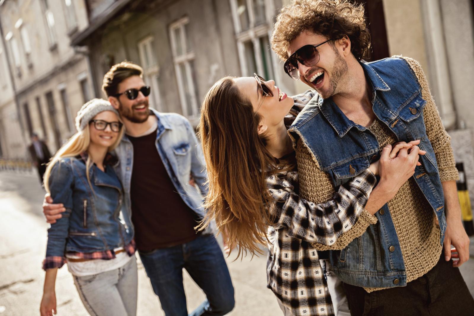 Smijanje, druženje s obitelji i prijateljima i osjećaj sreće mogu učiniti da se osjećamo bolje i davati nam poticaj.