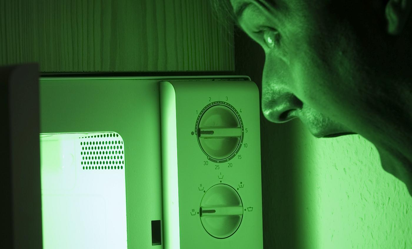 Svi stručnjaci se slažu u tome da mikrovalne pećnice izazivaju kataraktu kad se stoji pred pećnicom i gleda u hranu koja se grije ili kuha u njoj.