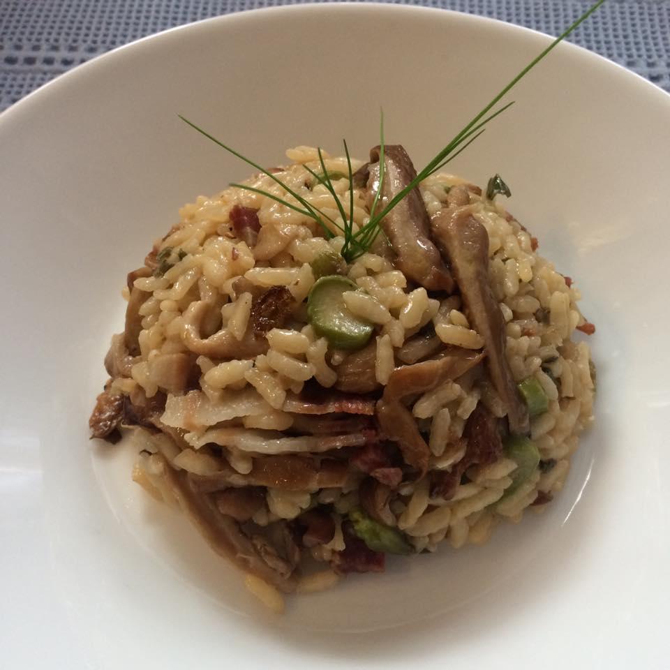 Rižoto s bukovačama i šparogama može biti cjelovit obrok i bez mesa.