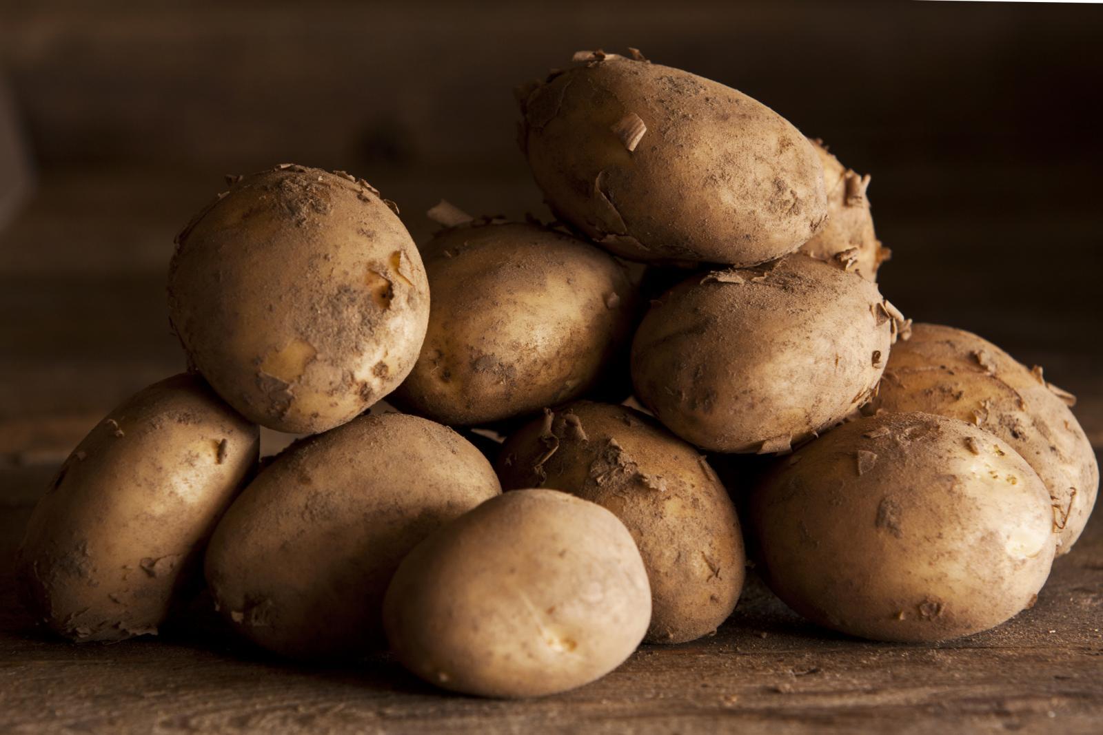 Zbog bogatog sadržaja visokokvalitetnih sastojaka u narodnoj se medicini krumpir od davnina koristi za liječenje reume te upalnih stanja kao što su upale zglobova, artritis i giht.