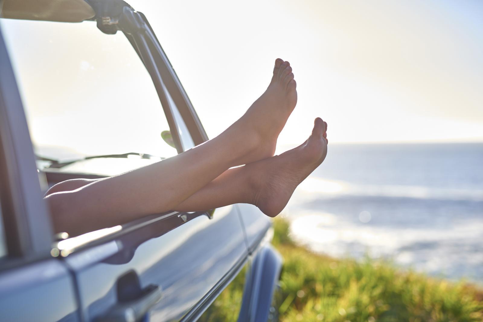 Mnoge žene čak i u ljetnim mjesecima nose zatvorene cipele samo zato što ne znaju ispravno njegovati stopala. Nemojte da se to i vama dogodi.