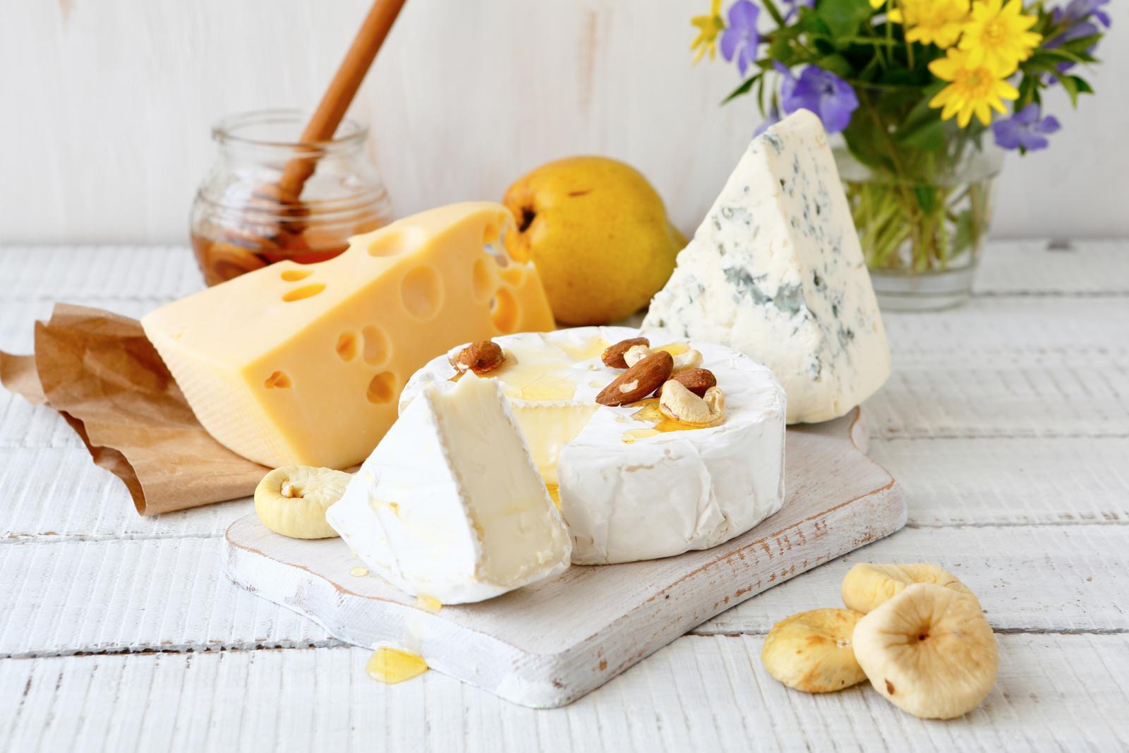 Osim što se odlično sljubljuju, kozji sir i bademi su i bogati izvori riboflavina.