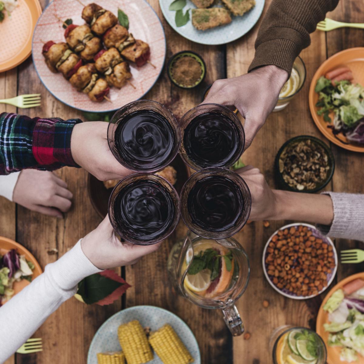 Osim u grožđu, odnosno crvenom vinu, resveratrol je sastojak prirodno prisutan u kikirikiju, i nekim vrstama bobičastog voća