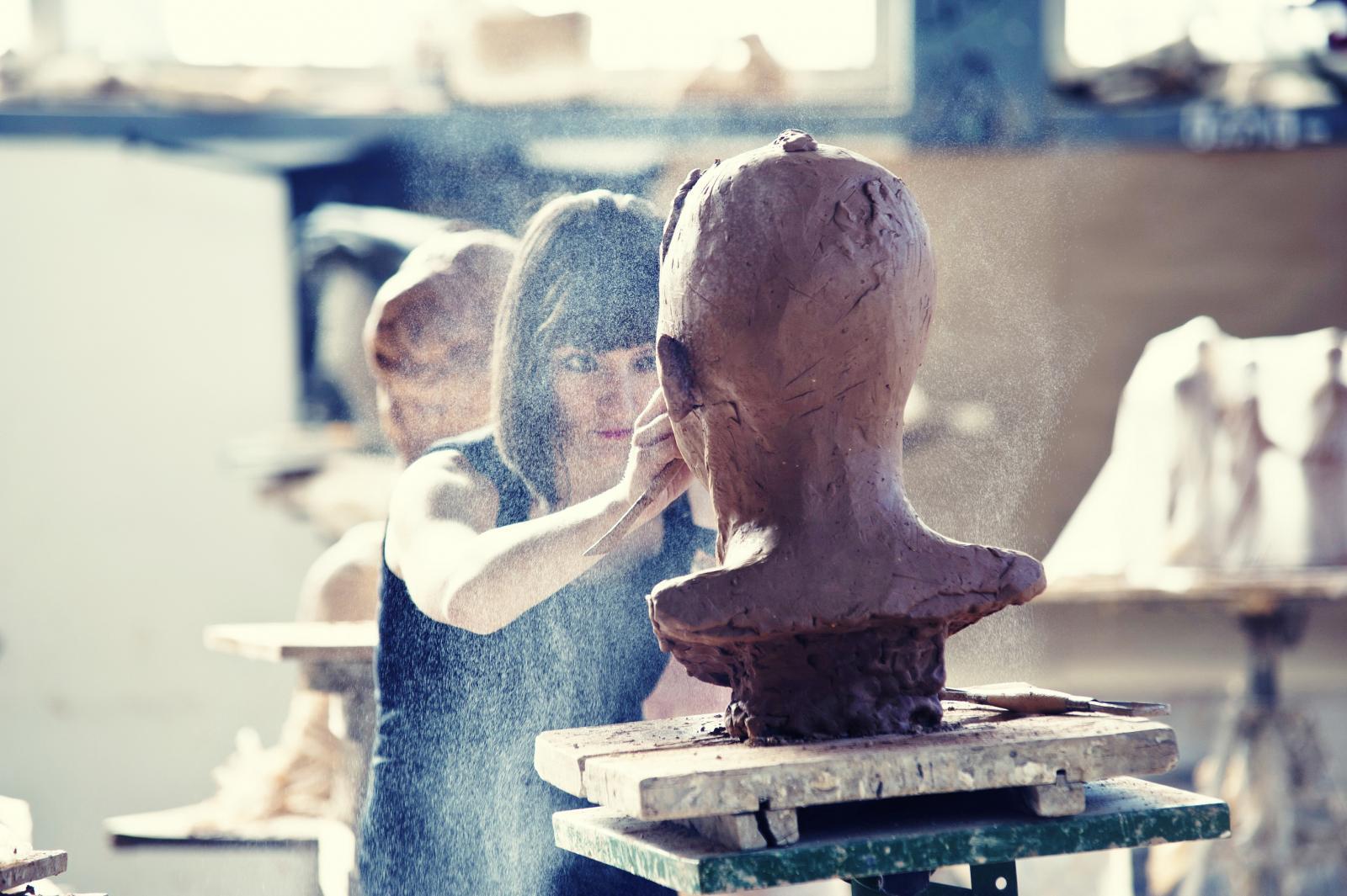 Oblikovanje gline jednako je zanimljivo i starijima i mlađima u njihovo slobodno vrijeme te je ona neodoljiv materijal za izražavanje cijeloj obitelji. Igra i rad s glinom može biti i vaša jesenska zanimacija.